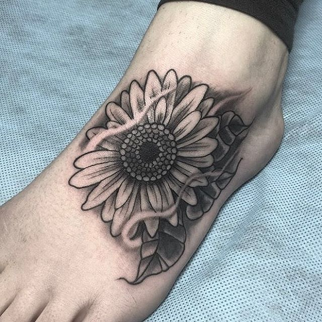 Sunflower coverup tattoo by @horichata #foottattoo #coverup #sunflower #sunflowertattoo #sandiegotattooartist #flowertattoo #sandiegotattoo